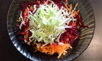 Шаг 5: В глубокую тарелку высыпьте измельченные овощи.