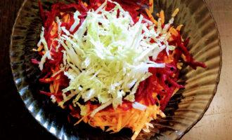 Шаг 4: Пекинскую капусту мелко порежьте и добавьте в салат.