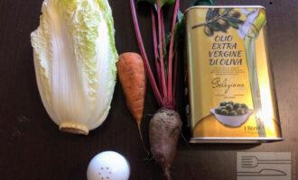 Шаг 1: Для приготовления салата возьмите: свеклу, морковь, пекинскую капусту, оливковое масло и соль.