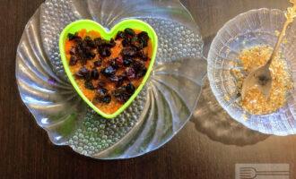 Шаг 7: Чернослив и изюм измельчите и также аккуратно выложите в салат.