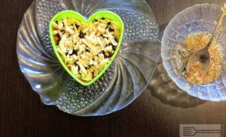 Шаг 8: Посыпьте кунжутом и потертым на черке сыром.
