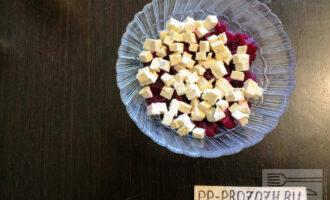 Шаг 3: Сыр Тофу измельчите кубиками и переложите в тарелку.
