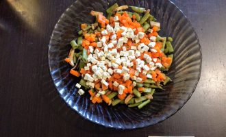 Шаг 6: Сыр Тофу и огурец порежьте кубиками, высыпьте в салат.