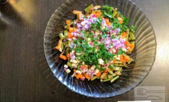 Шаг 8: Зелень мелко порубите и высыпьте в салат.