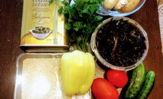 Шаг 1:  Для приготовления салата возьмите: капусту морскую, огурцы свежие, шампиньоны, болгарский перец, помидор, кунжут, масло оливковое.
