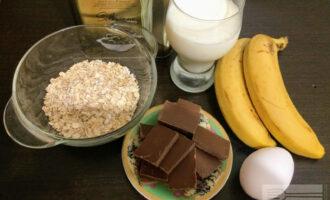 Шаг 1: Для приготовления десерта возьмите: всяные хлопья, яйцо, молоко, банан, шоколад и оливковое масло для жарки.