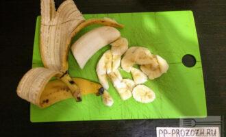 Шаг 4: Порежьте банан, половину банана добавьте в тесто. Вторую половину оставьте для начинки.