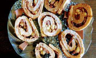 Шаг 8: Готовый овсяноблин полейте шоколадом и выложите порезанный банан. Перед подачей можете порезать на кусочки.
