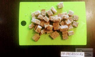 Шаг 2: Хлеб порежьте кубиками и поджарьте до золотистой корочки.
