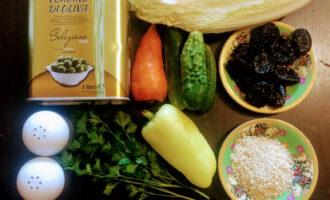 Шаг 1: Для приготовления салата возьмите: пекинскую капусту, огурец, болгарский перец, морковь, чернослив, кунжут, зелень, оливковое масло, соль и черный молотый перец.