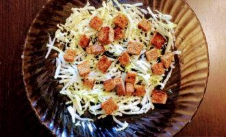 Шаг 4: Готовые сухарики добавьте в салат.
