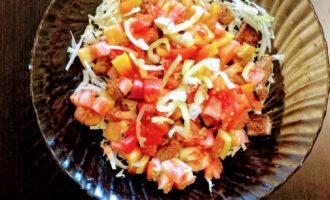Шаг 5: Помидоры и перец помойте, мелко нарежьте и высыпьте в салат.