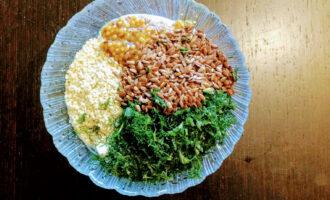 Шаг 7: Зелень мелко порубите и высыпьте в тарелку со сметаной, добавьте льняные семена, кунжут, горчицу, соль и перец черный молотый. Тщательно перемешайте ингредиенты и заправка для салата готова.