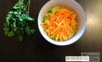 Шаг 5: Морковь очистите от кожуры и натрите на крупной терке, высыпьте в салат.