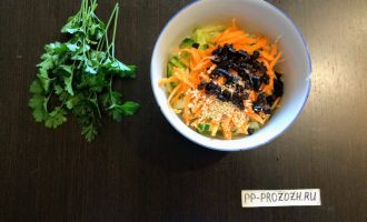 Шаг 6: Чернослив мелко порежьте и добавьте в салат.