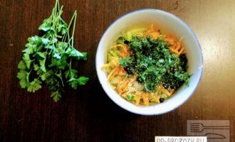 Шаг 7: Зелень мелко порежьте, добавьте к остальным ингредиентам.