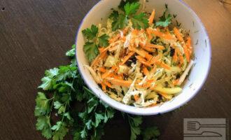 Шаг 8: Полейте оливковым маслом, посолите и поперчите салат. Аккуратно перемешайте все ингредиенты и разложите по тарелкам.