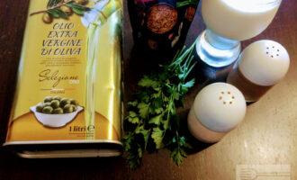 Шаг 1: Для приготовления соуса возьмите: йогурт, горчицу в зернах, зелень, соль, перец и оливковое масло.