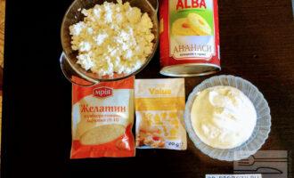 Шаг 1: Для приготовления десерта возьмите: творог, сметану, консервированные ананасы, желатин и ванилин.