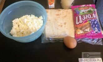 Шаг 1: Для приготовления десерта возьмите: творог, изюм , яйцо , лаваш (1лист), кленовый сироп, манную крупу .