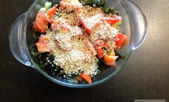 Шаг 7: Посыпьте овощи кунжутом и полейте оливковым маслом.