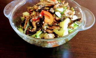 Вегетарианский салат с морской капустой