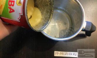 Шаг 5: В небольшую кастрюлю вылейте сок из консервированных ананасов. Растворите желатин в этом  соке . Желатин всыпайте медленно, непрерывно помешивая сок, чтобы не взялся комком, затем оставьте минут на 10-15. Разбухший в соке желатин поставьте на огонь и, непрерывно размешивая, доведите до кипения, но не кипятите (как только появятся первые пузырьки, сразу снимите с огня). Оставьте остывать до комнатной температуры.