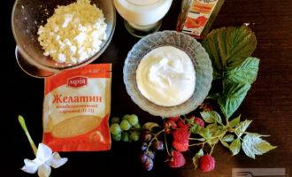 Шаг 1: Для приготовления десерта возьмите: творог, сметану, молоко, желатин, кленовый сироп, ягоды.