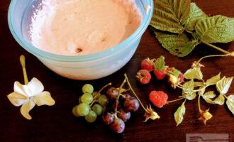 Шаг 6: Добавьте кленовый сироп и остывшее молоко с желатином. Взбейте миксером до однородной массы.