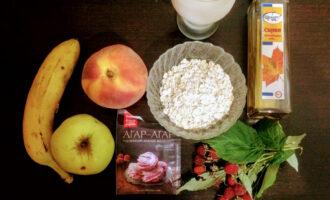 Шаг 1: Для приготовления десерта возьмите: кефир, банан, персик, яблоко, кленовый сироп, овсяные хлопья, ягоды , агар-агар и воду.
