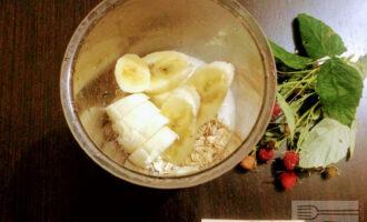 Шаг 4: Очистите банан от кожуры, порежьте на кусочки среднего размера и высыпьте в чашу для блендера.