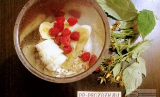 Шаг 5: Добавьте ягоды и взбейте до получения однородной массы.