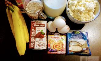 Шаг 1: Для приготовления бисквита возьмите: овсяную муку, яйца, разрыхлитель, какао-порошок и кленовый сироп. Для крема: творог, сметану, банан, кокосовую стружку.