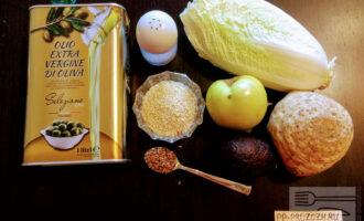 Шаг 1: Для приготовления салата возьмите: пекинскую капусту, яблоко, авокадо, сельдерей, льняные семена, кунжут, оливковое масло, соль.