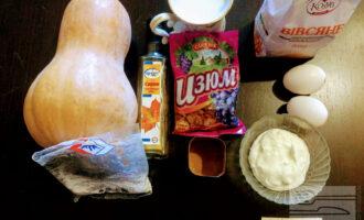 Шаг 1: Для приготовления данного десерта возьмите: тыкву, сметану, овсяную муку, яйца, корицу, изюм, кунжут, картофельный крахмал, молоко, ванилин, кокосовую стружку.