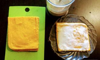 Шаг 9: Готовый корж для торта разрежьте на равные части (у меня квадратная форма, так что я разрезал на четыре части). Смажьте коржи кремом.