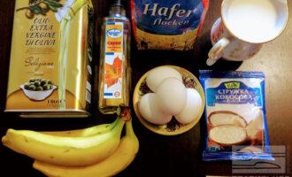 Шаг 1: Для приготовления этого торта возьмите: овсяные хлопья, яйца, молоко, банан, картофельный крахмал, кленовый сироп и оливковое масло для жарки.