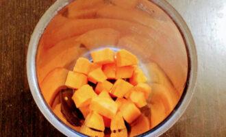 Шаг 6: В чашу блендера выложите вторую часть тыквы, кокосовую стружку и взбейте.