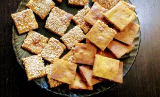 Шаг 8: Остывшую основу для печенья разрежьте пополам. Та часть, которая посыпана кунжутом, будет верхом печенья. Нарежьте тесто на кубики примерно 1,5 см на 1,5 см.