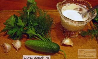 Шаг 1: Приготовьте ингредиенты. Зелень и огурец помойте.