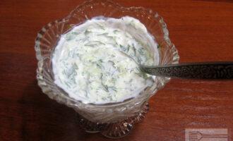 Шаг 4: Добавьте к йогурту порезанную зелень и натертый огурец. Хорошо перемешайте.