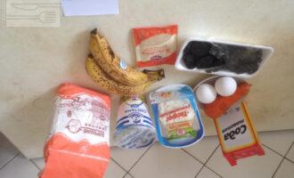 Шаг 1: Приготовьте все продукты соответственно рецепту: рисовую муку, обезжиренный творог, сметану с низким процентом жирности, два куриных яйца, одну небольшую морковь, соду, банан (если маленькие, возьмите два), чернослив, желатин.