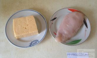 Шаг 6: Для начинки наших мешочков отварите половинку филе курицы. Приготовьте твердый сыр.