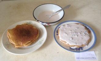 Шаг 6: Сформируйте торт, выкладывая панкейки на блюдо и щедро промазывая кремом каждый слой.