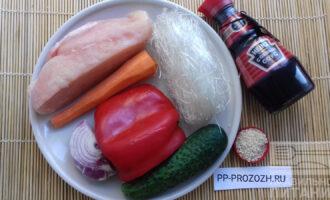 Шаг 1: Приготовьте необходимые ингредиенты: лапшу фунчоза, куриное филе, огурец, морковь, красный лук, болгарский перец, а также кунжут и соевый соус.