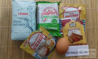 Шаг 1: Приготовьте необходимые ингредиенты: творог 2%, рисовую муку, яйцо, ванильный сахар, разрыхлитель, корицу.