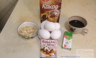 Шаг 1: Приготовьте необходимые ингредиенты для нижнего бисквитного слоя по списку.