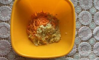 Шаг 2: Следующим шагом измельчите в блендере лук, морковь. Сформируйте тефтельки, обваляйте в овсяной муке.