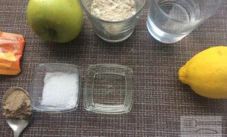 Шаг 1: Приготовьте ингредиенты. Вымойте яблоко.