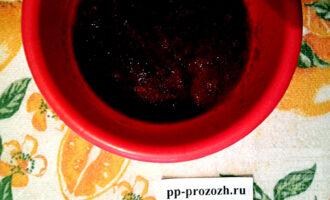 Шаг 2: Ягоды измельчите при помощи погружного блендера. Добавьте 15 грамм желатина и оставьте набухать на 40-60 минут.